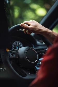 Man die een auto bestuurt
