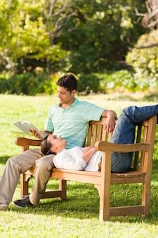 Man die een boek leest met zijn vriendin