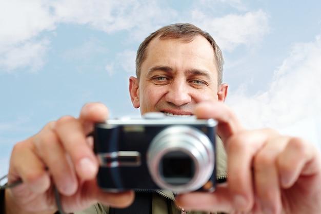 Man die een digitale camera