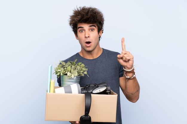 Man die een doos vol dingen draagt