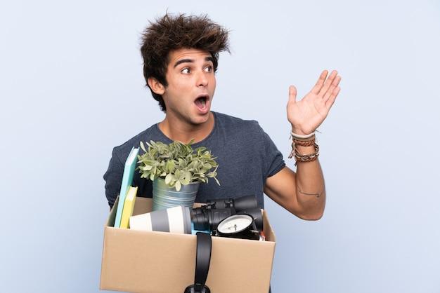 Man die een doos vol dingen neemt en een zet doet