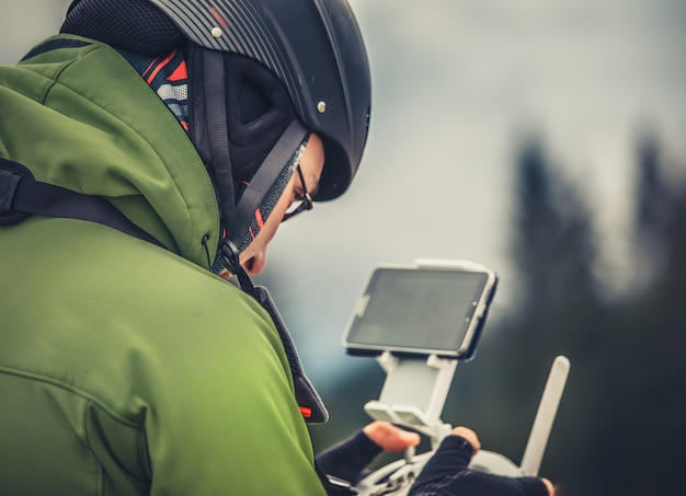 Man die een drone bedient