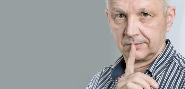 Man die een geheim houdt of om stilte vraagt.