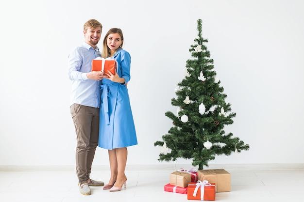 Man die een kerstcadeau geeft aan zijn vriendin