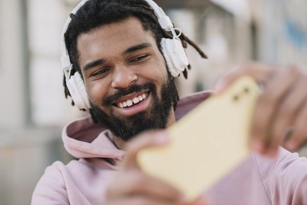 Man die een selfie close-up
