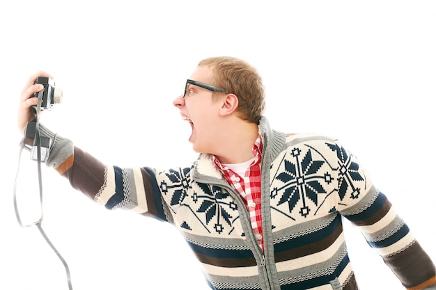 Man die een selfie schreeuwend neemt