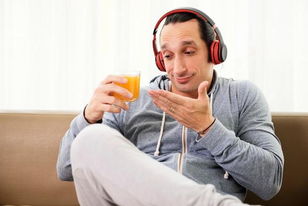 Man die een sinaasappelsap neemt