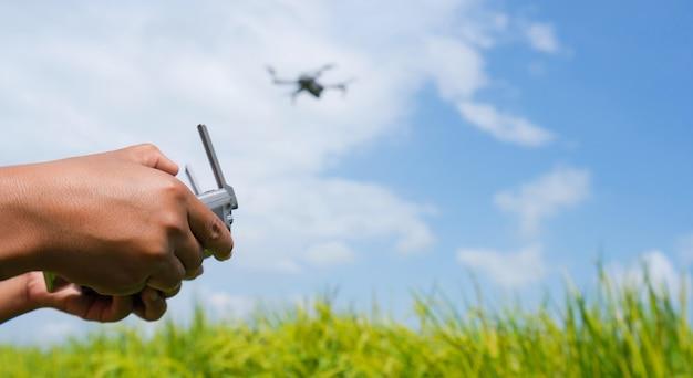 Man die een vliegende drone met afstandsbediening navigeert
