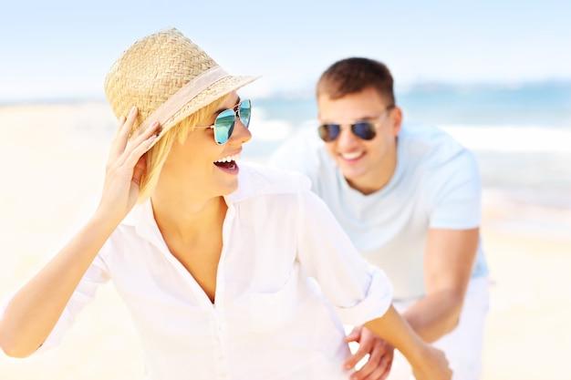 Man die een vrouw achtervolgt op het strand