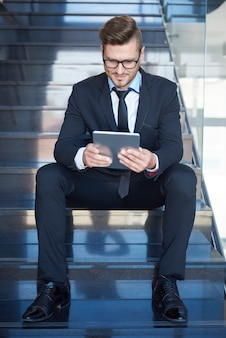 Man die enkele belangrijke documenten controleert