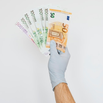 Man die financiële steun ontvangt tijdens de covid-19-pandemie