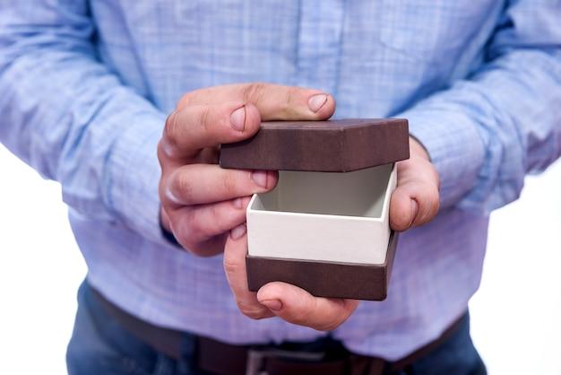 Man die geschenkdoos opent, verrassing van dichtbij maakt