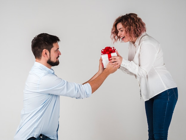 Man die gift geeft aan vrouw voor valentijnskaarten