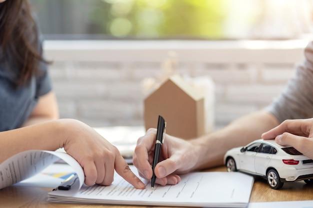 Man die handtekening op document lening contract, onroerend goed aankoop