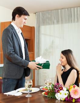 Man die heden aan vrouw tijdens romantisch diner geeft