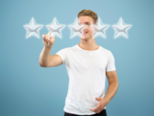 Man die het vijfsterrensymbool aanraakt om de beoordeling van de bedrijfsapp of -service te verhogen