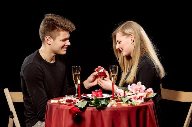 Man die huwelijk voorstelt aan een verraste vrouw