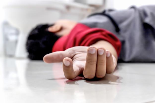 Man die in de badkamer valt vanwege het cerebrovasculair accident of een beroerte