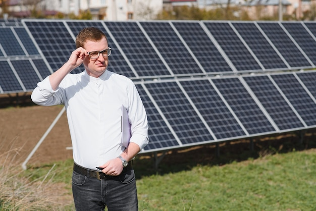 Man die in de buurt van zonnepanelen