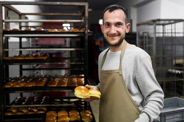 Man die in een broodbakkerij