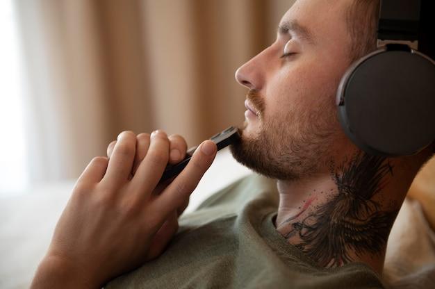 Man die in zijn vrije tijd wat muziek op de koptelefoon luistert