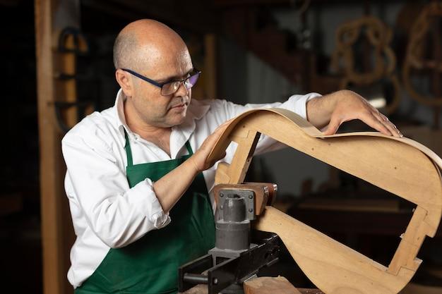 Man die instrumenten maakt in zijn werkplaats