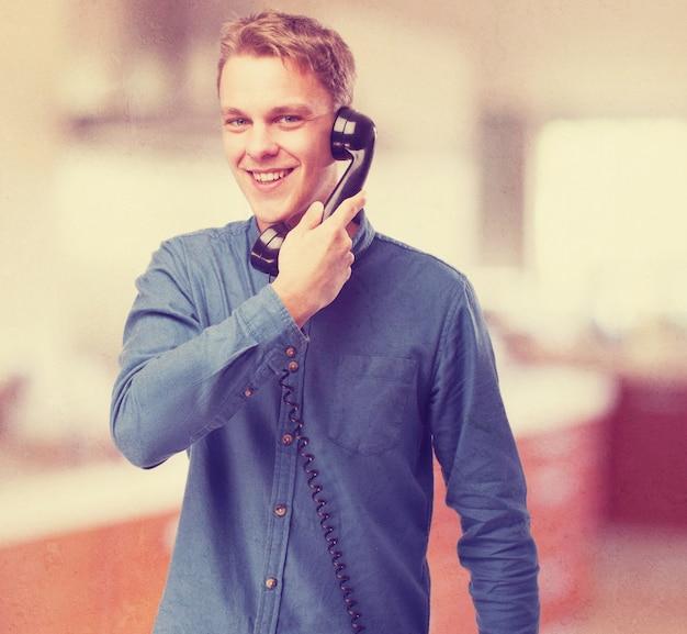 Man die lacht tijdens het gesprek op de telefoon