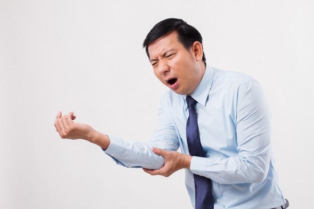 Man die lijdt aan gewrichtspijn in de elleboog, jichtartritis