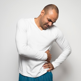 Man die lijdt aan pijn aan de zijkant