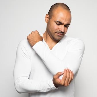Man die lijdt aan pijn in de elleboog