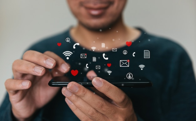 Man die mobiele telefoon gebruikt voor marketing en zoeken naar gegevens en sociale media op internet.