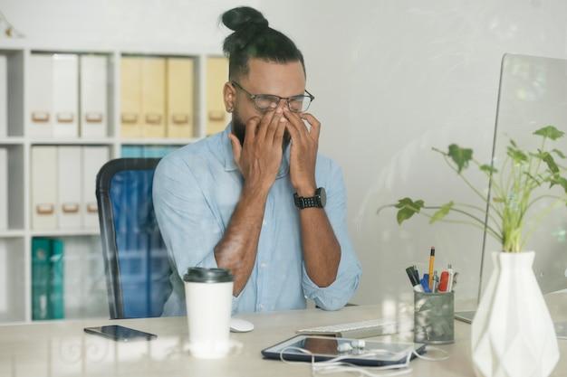 Man die moe is op het werk