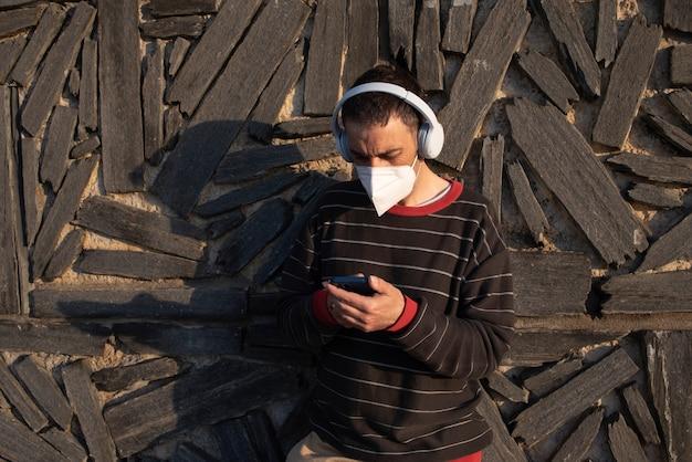 Man die muziek luistert met de smartphone