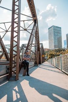 Man die naast de brug staat