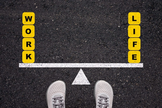 Man die op asfaltweg staat om te balanceren tussen werk en leven op de wip.