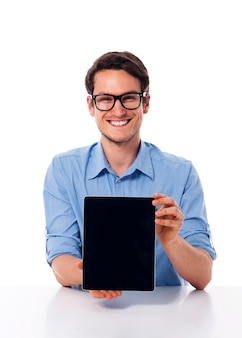 Man die op bril het scherm van digitale tablet toont