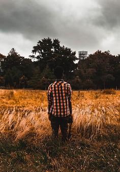 Man die op bruin veld