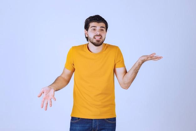 Man die op het toneel optreedt door te verwijzen naar de toeschouwers