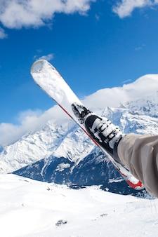 Man die op ski's rijdt, valt naar beneden