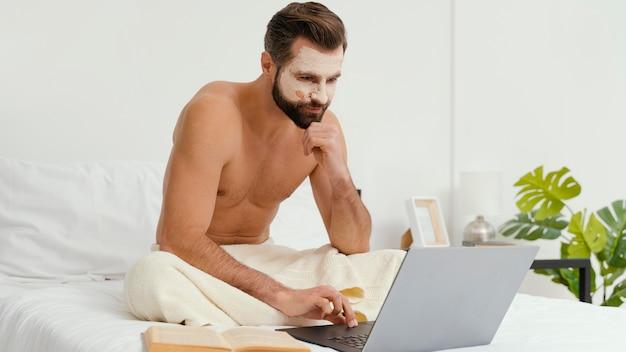 Man die op zijn gezichtsmasker wacht om zijn effect te maken