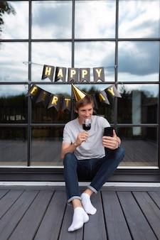 Man die op zijn verjaardag een videogesprek voert met zijn familie