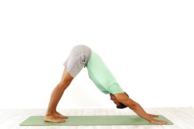 Man die pilates beoefent, indoor return to life sequence-oefening