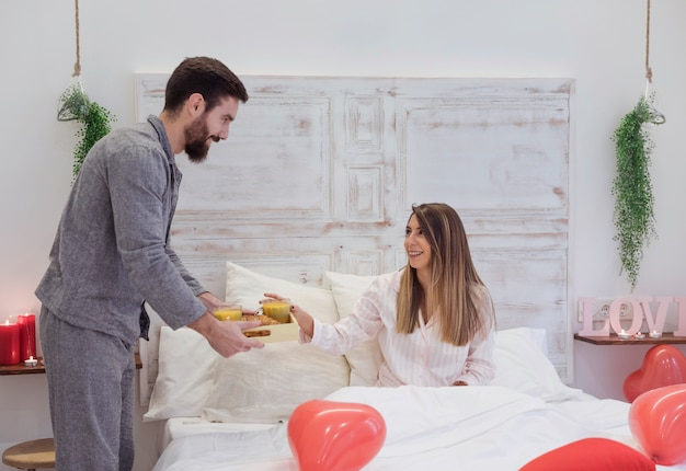 Man die romantisch ontbijt geeft aan vrouw