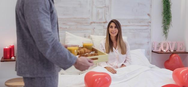 Man die romantisch ontbijt voor de vrouw
