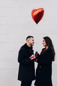 Man die romantische cadeautjes geeft aan de vrouw