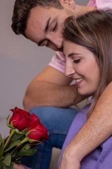 Man die roos aan vrouw aanbiedt