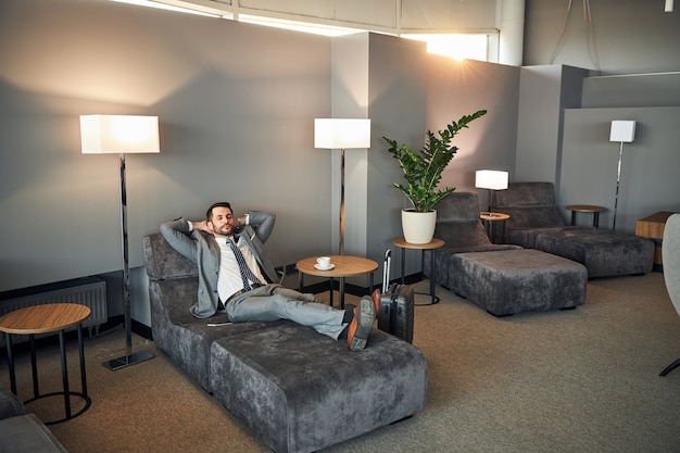 Man die slaapt in een luchthavenkamer om uit te rusten
