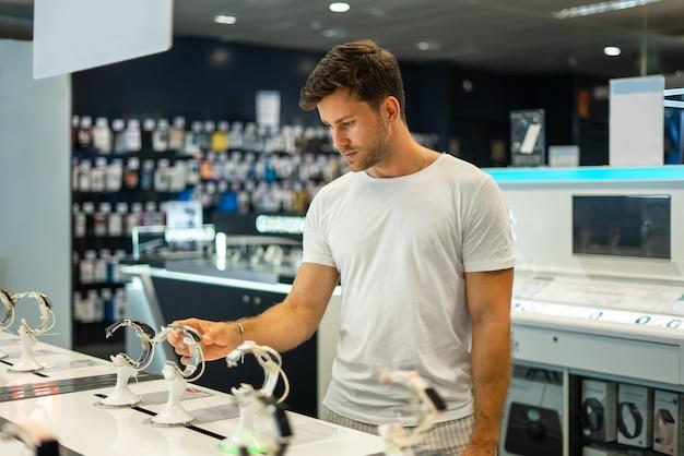 Man die smartwatch in de winkel koopt