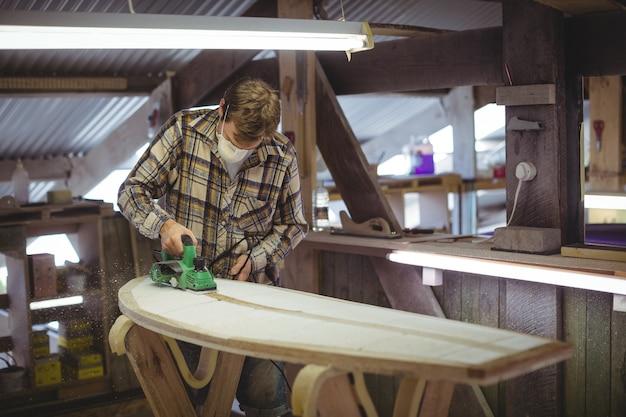 Man die surfplank maakt