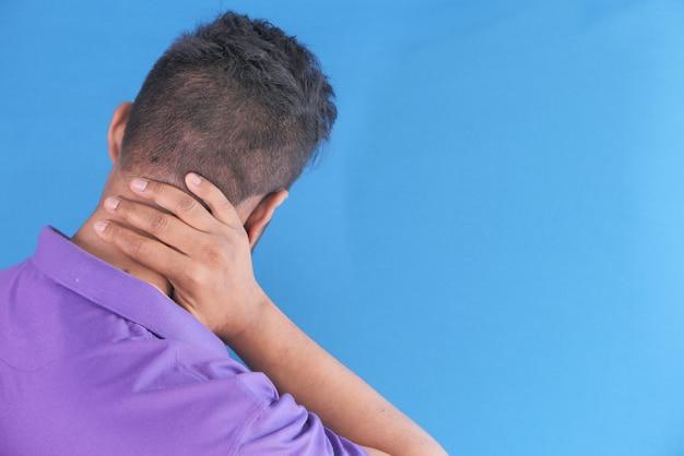 Man die thuis last heeft van nek- of schouderpijn.